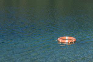 Germany, Bavaria, Lifesaver floating on Lake Starnbergの写真素材 [FYI04336228]