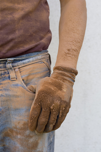 Close-up of man with dirty working gloveの写真素材 [FYI04336245]