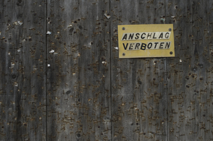 Prohibition sign on wooden wallの写真素材 [FYI04336246]