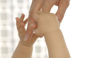 Baby holding mother\\\'s fingerの写真素材 [FYI04336252]