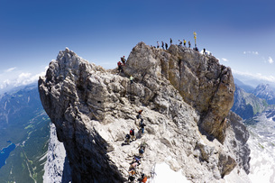 Germany, Group of hikers hiking on Zugspitze mountainの写真素材 [FYI04336263]