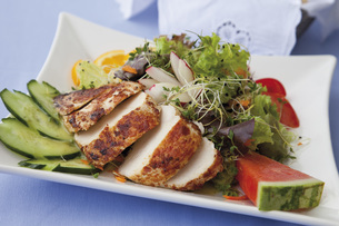 Close up of roasted chicken breast with mixed salad and friuの写真素材 [FYI04336264]