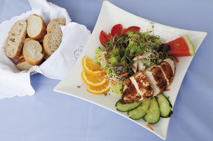 Close up of roasted chicken breast with mixed salad and friuの写真素材 [FYI04336265]