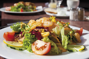 Fried shrimps with mixed salad in plate on tableの写真素材 [FYI04336266]