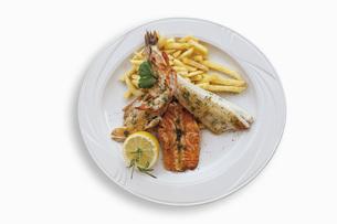 Fish platter with zander filet, salmon filet, sea bass filetの写真素材 [FYI04336287]