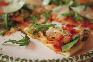 Pizza garnished with rocket, tomatoes and parmesan, close upの写真素材 [FYI04336290]