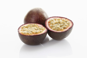 Fresh passion fruit on white backgroundの写真素材 [FYI04336291]