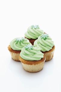 Close up of buttercream woodruff cupcake against white backgの写真素材 [FYI04336307]