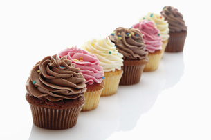 Close up of strawberry, vanilla and chocolate buttercream cuの写真素材 [FYI04336310]