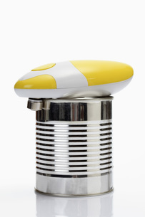 Tin with electric can opener on white backgroundの写真素材 [FYI04336327]