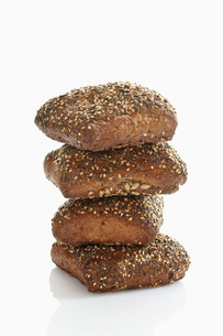 Granary roll with seed on white background, close upの写真素材 [FYI04336328]