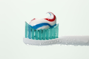 Electric toothbrush with toothpaste against white backgroundの写真素材 [FYI04336331]
