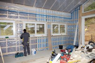 Europe, Germany, Rhineland Palatinate, Worker installing vapの写真素材 [FYI04336345]