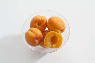 Bowl of apricots on white background, close upの写真素材 [FYI04336352]