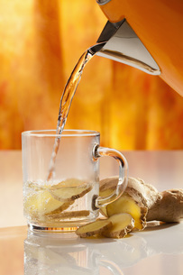 Ginger tea with hot water, close upの写真素材 [FYI04336359]
