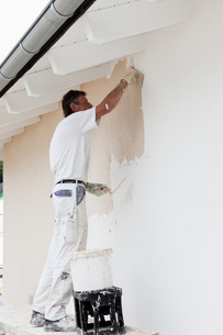 Europe, Germany, Rhineland Palatinate, Man plastering houseの写真素材 [FYI04336372]