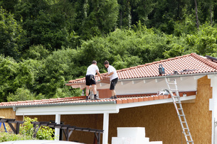 Europe, Germany, Rhineland Palatinate, Men roofing carport wの写真素材 [FYI04336374]
