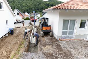 Europe, Germany, Rhineland Palatinate, Men installing cornerの写真素材 [FYI04336389]