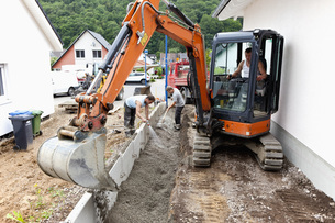 Europe, Germany, Rhineland Palatinate, Men installing cornerの写真素材 [FYI04336391]