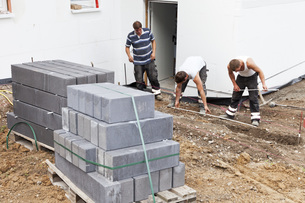 Germany, Rhineland Palatinate, Workers laying paving stonesの写真素材 [FYI04336400]
