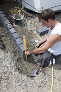 Germany, Rhineland Palatinate, Worker laying paving stones iの写真素材 [FYI04336404]