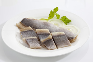 Herring in oil with onions on plate, close upの写真素材 [FYI04336418]