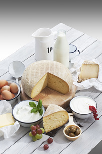 Dairy products on wooden tableの写真素材 [FYI04336443]