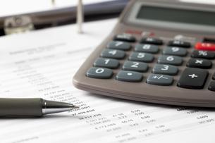 Pocket calculator, pen and documentsの写真素材 [FYI04336452]