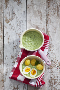 Saucepan of Frankfurt green sauce, boiled potatoes and boileの写真素材 [FYI04336455]