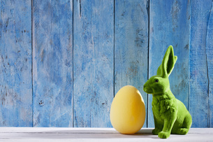Easter decoration with green Easter bunny and a yellow Easteの写真素材 [FYI04336474]