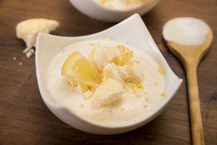 Bowl of lemon curd creme with crumbled meringuesの写真素材 [FYI04336480]