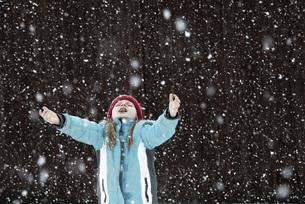 Austria, Girl trying to catch snowflakesの写真素材 [FYI04336501]