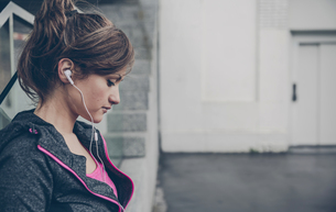 Portrait of mid adult sportive woman with ear phonesの写真素材 [FYI04336521]