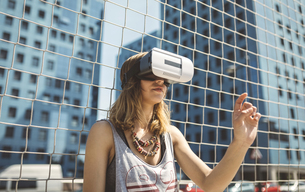 Young woman using virtual reality glassesの写真素材 [FYI04336552]