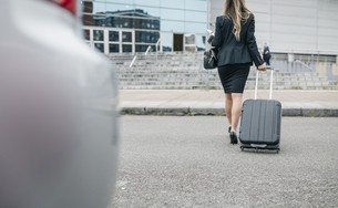 Businesswoman with suitcase on the moveの写真素材 [FYI04336556]
