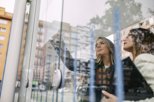 Two businesswomen at city transport stopの写真素材 [FYI04336563]