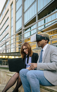 Young businessman and woman using VR gogglesの写真素材 [FYI04336659]