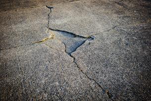 Cracks in a runwayの写真素材 [FYI04336711]