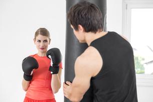 Austria, Klagenfurt, Couple in boxing trainingの写真素材 [FYI04336727]