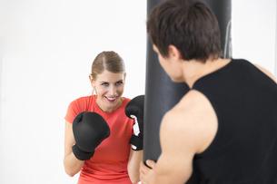 Austria, Klagenfurt, Couple in boxing trainingの写真素材 [FYI04336729]