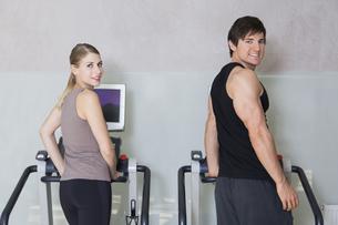 Austria, Klagenfurt, Couple training on treadmillの写真素材 [FYI04336732]