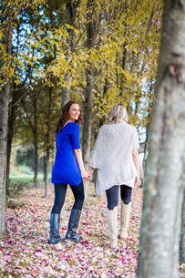 Happy lesbian couple walking in natureの写真素材 [FYI04336749]