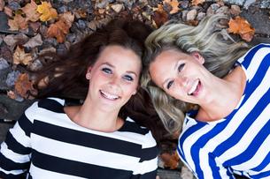 Portrait of two smiling women head to headの写真素材 [FYI04336754]