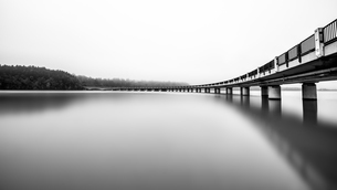Austria, Carinthia, lake and bridge, panorama, black and whiの写真素材 [FYI04336755]