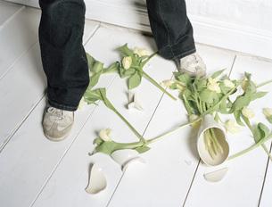 Broken vase and flowers on floorの写真素材 [FYI04336771]