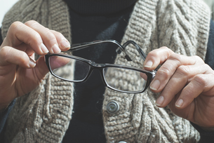 Hands of senior woman holding glassesの写真素材 [FYI04336808]