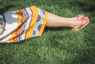 Woman lying on a meadow, partial viewの写真素材 [FYI04336812]