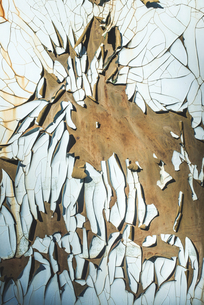 White cracked paint on rusty ironの写真素材 [FYI04336819]