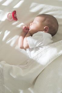 Sleeping baby girlの写真素材 [FYI04336838]