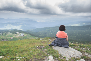 Bulgaria, Rila Mountains, back view of senior woman sittingの写真素材 [FYI04336839]